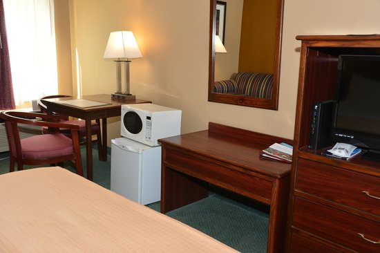 Best Western Plaza Hotel Saugatuck: room furnishings and appliances