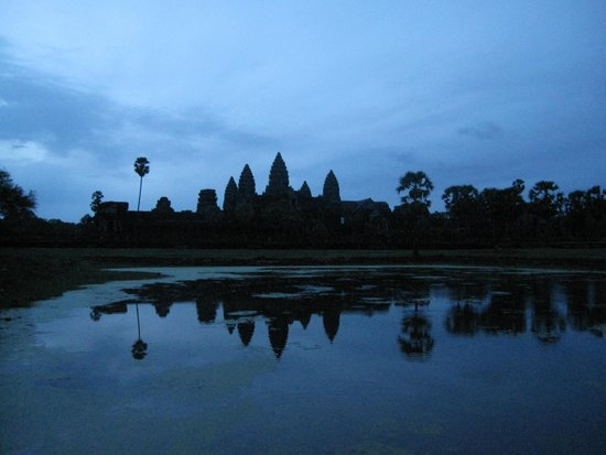 Siem Reap Private Day Tours: bad luck, no pretty sunrise due to cloudy sky. woke up at 4am for nothing!