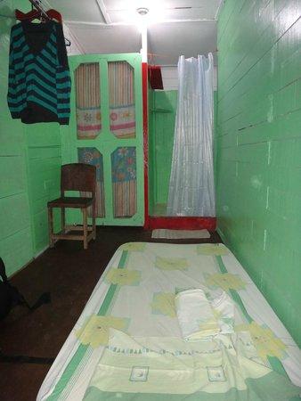 Hostal Mar e Iguana: Cama extra sobre el piso, baño y ducha