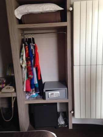 Hotel Acropole: Small place for clothes