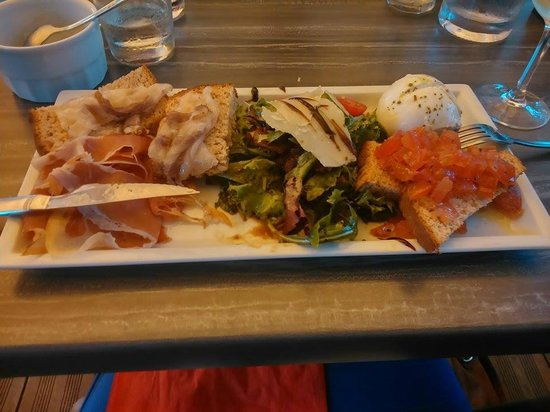 Basta Cosi ! : mozzarella di buffala e salumi 16 euros