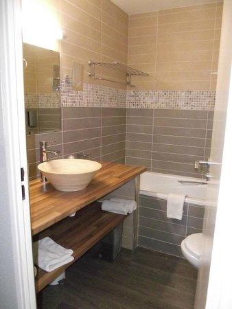 Hotel Les Grenadines: Salle de bain/wc avec produits et sèche cheveux fournis!!