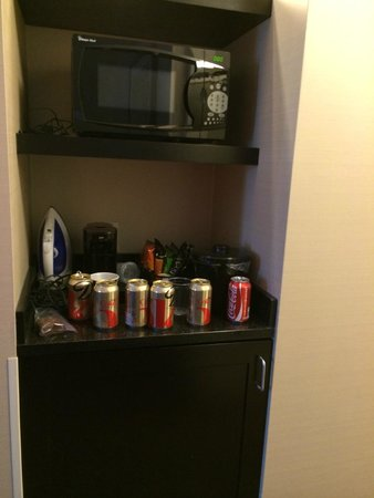 Fairfield Inn & Suites New York Midtown Manhattan/Penn Station : Kitchenette