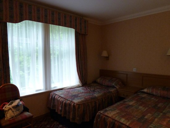 Loch Long Hotel : large window that only slightly opened