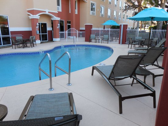 Comfort Suites The Villages: Lunge Area was quite when we arrived