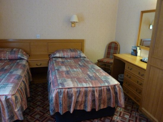 Loch Long Hotel : the twin beds with one side table