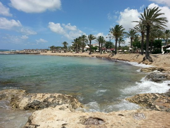 Constantinou Bros Pioneer Beach Hotel: View from the beach at the rear of the hotel - looking towards Paphos