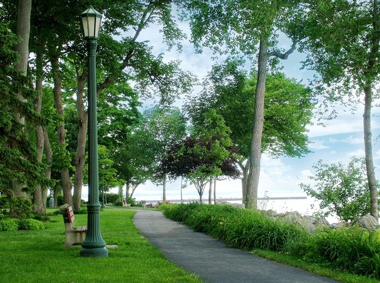 Hotel Lakeside: Walking path, along Ohio's Most Beautiful Mile,