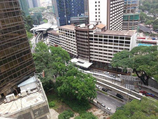 Shangri-La Hotel Kuala Lumpur: Concorde hotel right across the street nad the monorail station