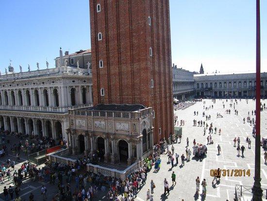 Basílica de San Marcos: View into the square