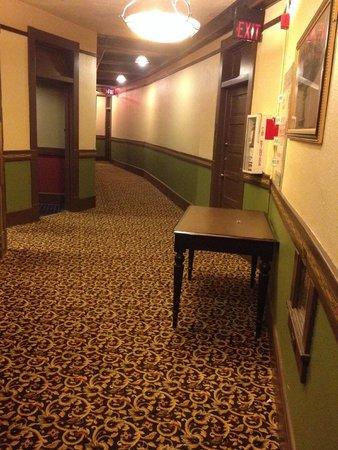 1905 Basin Park Hotel: Hallway