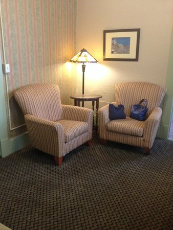 1905 Basin Park Hotel: Sitting area
