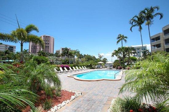 Marco Beach Vacation Suites: Beach Club Pool