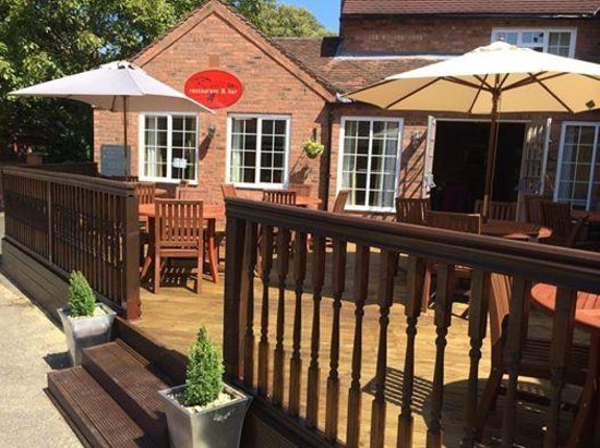 The Charlecote Pheasant Hotel: New Decking Area ideal for Lunch or Alfresco dining