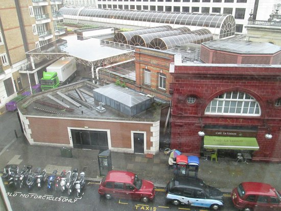 Millennium Bailey's Hotel London Kensington: view from room of Gloucester Road