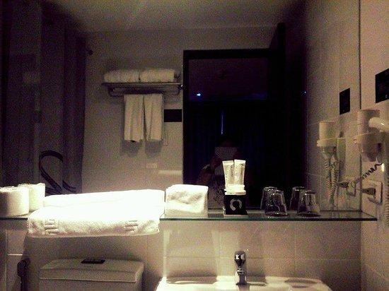 Y2 Residence Hotel: restroom