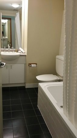 Oaks Goldsbrough Apartments: Super clean bathroom with everything you need.