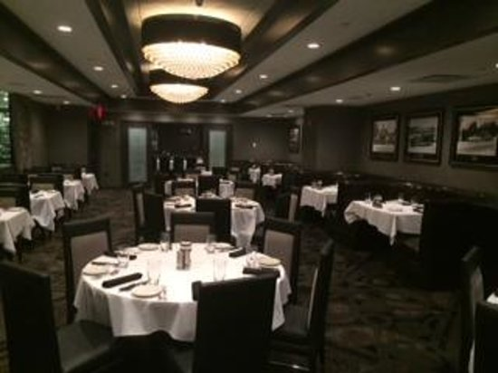 Morton's The Steakhouse - Great Neck: Our remodeled dining room with booths