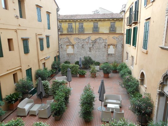 Accademia Hotel : View onto the central courtyard