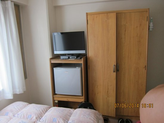 Hotel Oaks Shin-Osaka: Spacious Room but dated furniture