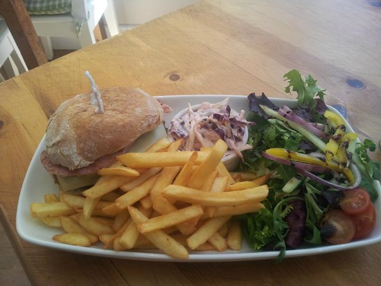 Green Leaf Cafe Torquay: Beef burger with cheese and bacon