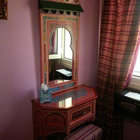Moroccan House Hotel Casablanca: Room mirror