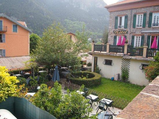 Jardin et terrasse picture of la bonne auberge saint for Auberge cote jardin conilhac corbieres