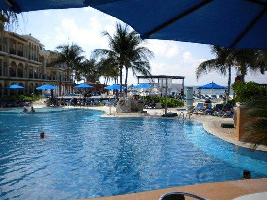 Gran Porto Resort: pool beach area