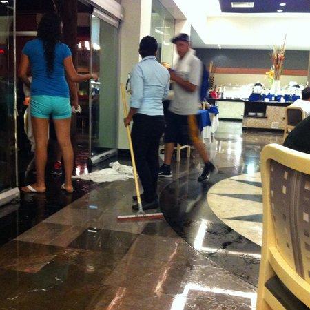 Grand Oasis Cancun: Comedores inundados en un día de lluvia