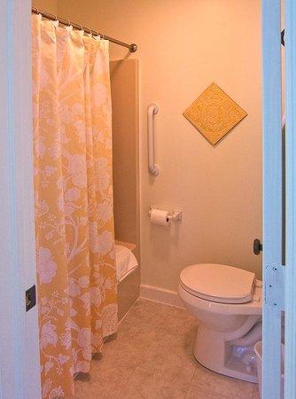 The Gallery Inn : Each guest room has a private, en-suite bath