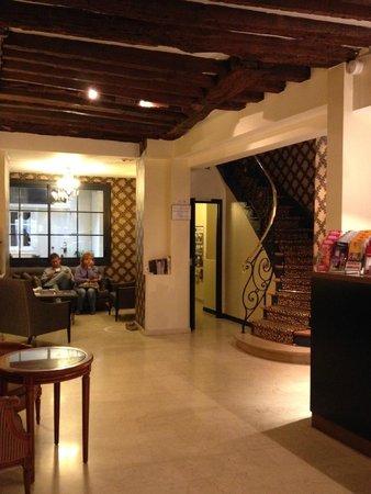 Best Western Hotel Gaillon Opera: Hotel Lobby. Stairway