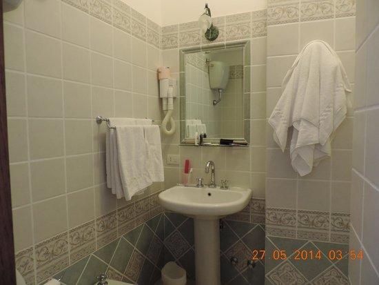 Villa Palumbo B&B : el baño de nuestra habitacion
