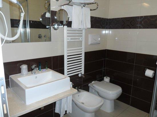 HB Aosta Hotel: Very clean and modern bathroom