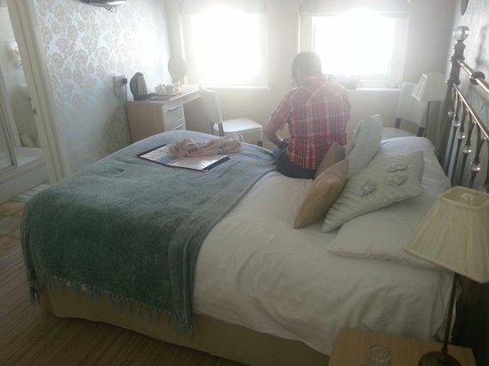 Sefton Court Hotel: Bedroom and en-suit