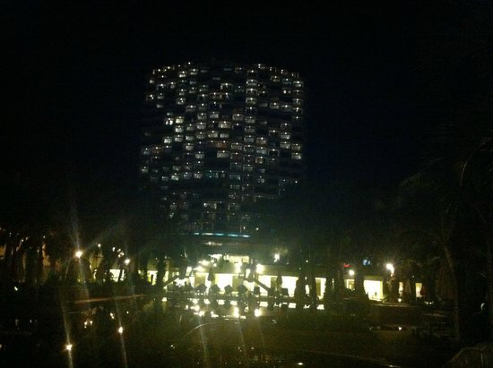 Novotel Hua Hin Cha Am Beach Resort and Spa : hotel at night
