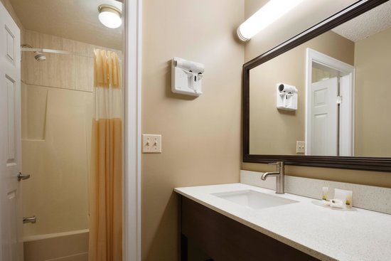 Days Inn Vernon: Room Vanity 2