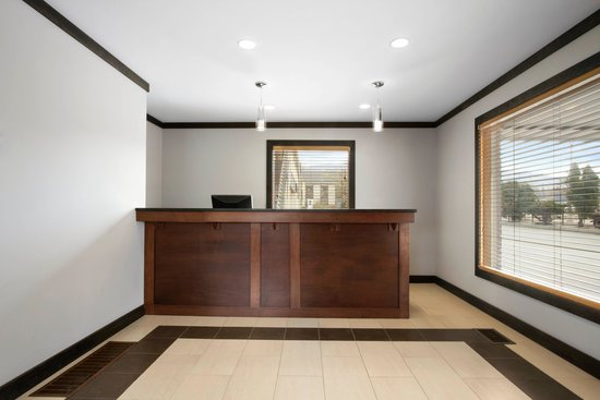 Days Inn Vernon: Front Desk