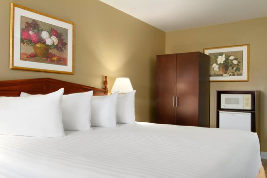 Days Inn Vernon : Guest room King bed
