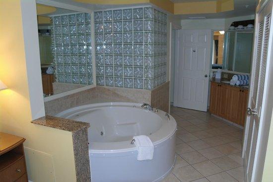 Marriott's Cypress Harbour Villas : Spa Bath in main bedroom