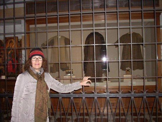 Basilica di Santa Chiara: Vestiti indosati da Chiara e Francesco