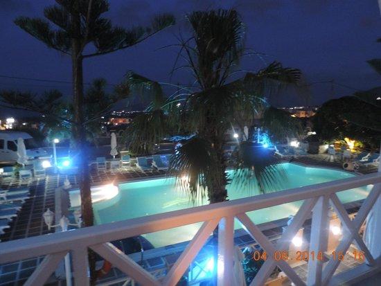 Hotel Golden Star: vista nocturna de la pileta desde nuestra habitacion