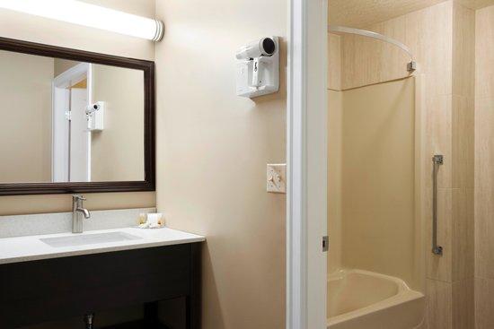 Days Inn Vernon : Room Vanity 1