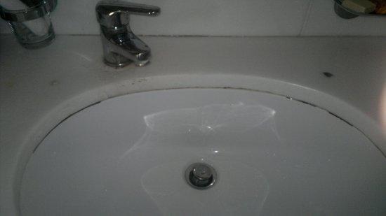 Sunshine Corfu Hotel & Spa: Dirt around sink