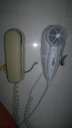Sunshine Corfu Hotel & Spa : Wires exposed in bathroom