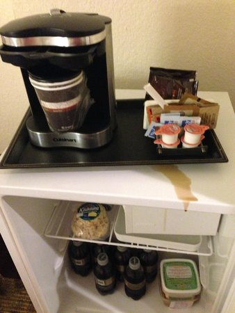 DoubleTree by Hilton Hotel Atlantic Beach Oceanfront : Coffee dripping down on fridge