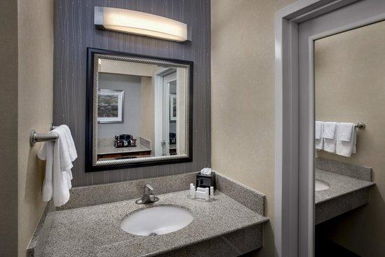 Courtyard by Marriott Boston Foxborough: Bathroom