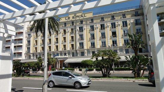 Le Royal : Hotell framsida mot gata och strand