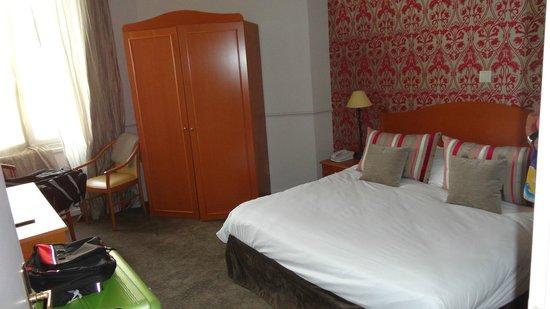 Hôtel Le Royal : Dubbelsäng med garderob innehållande safety