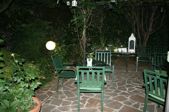 Hotel Bagliori: Garden by night