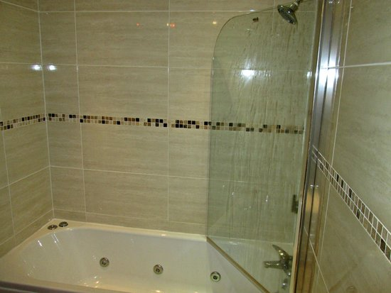 Burbage Holiday Lodge: Shower over bath